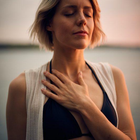Frau mit Hand auf Brust